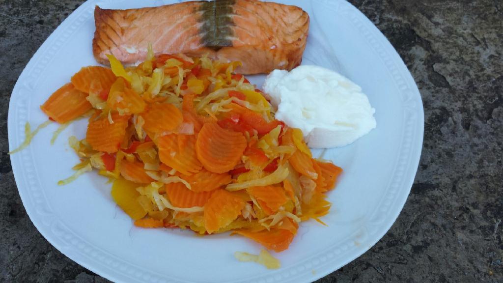 Lax med vitkål och morötter.